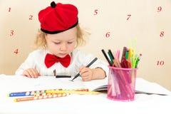 De leuke tekening van het kindmeisje met kleurrijke potloden en viltpen Stock Fotografie