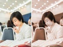 De leuke Thaise (Aziatische) onderneemster draagt lippenstift in offic royalty-vrije stock afbeeldingen
