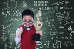 De leuke trofee van de nerdholding in klasse Stock Foto's