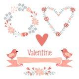 De leuke valentijnskaartelementen plaatsen met bloemen, kroon, harten, lint, vogels Stock Afbeeldingen