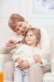 De leuke vriendschappelijke familie brengt samen tijd door royalty-vrije stock fotografie