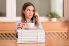 De leuke vrouw drinkt een koffie alvorens te werken Stock Foto