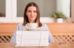 De leuke vrouw drinkt een koffie alvorens te werken Royalty-vrije Stock Afbeelding