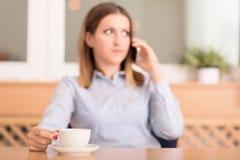 De leuke vrouw drinkt een koffie alvorens te werken Stock Afbeeldingen