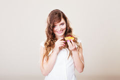 De leuke vrouw houdt fruitcake in hand Stock Fotografie