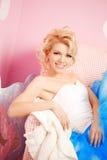 De leuke vrouw kijkt als een pop in een zoet binnenland Jong mooi s Royalty-vrije Stock Foto