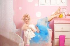 De leuke vrouw kijkt als een pop in een zoet binnenland Jong mooi s Stock Foto