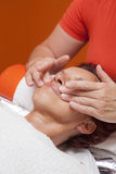 De leuke vrouw krijgt professionele gezichtsmassage, lymfatische drainage royalty-vrije stock foto's
