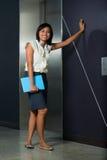 De leuke Vrouwelijke Toevallige Lift van de Beambte Stock Foto