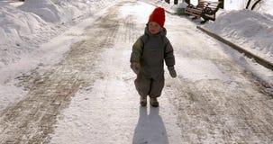 De leuke winter van het jongenspark gaat besprekingen stock footage