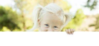 De leuke Witte Raad van de Meisjeholding met Zaal voor Tekst stock afbeelding