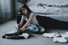 De leuke Zak van de Meisjesverpakking zit op Vloer in Slaapkamer royalty-vrije stock fotografie