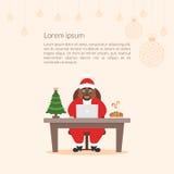 De leuke zakenman Afrikaanse Santa Claus van het beeldverhaalkarakter Vrolijke Kerstmis en Gelukkig Nieuwjaar verfraaid werkplaat Royalty-vrije Stock Foto