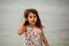 De leuke zeeschelp van de meisjeholding royalty-vrije stock afbeeldingen