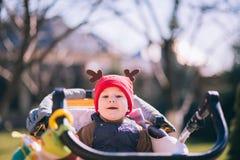 De leuke zitting van de babyjongen in wandelwagen Stock Afbeeldingen