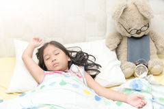 De leuke zoete droom van de meisjesslaap met teddybeer Royalty-vrije Stock Foto's