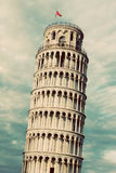 De leunende toren van Pisa, Toscanië, Italië Retro wijnoogst Schitterende vrouw in een droom stock foto