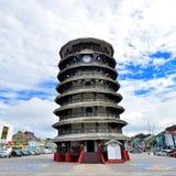 De leunende toren van Teluk Intan Stock Foto's