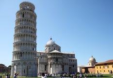 De leunende toren van toeristen dichtbij in Pisa, Italië Royalty-vrije Stock Fotografie