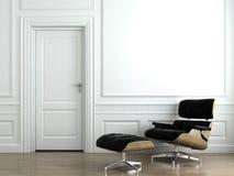 De leunstoel van het leer op witte binnenlandse muur royalty-vrije stock afbeelding