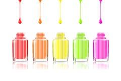 De levendige flessen van het Regenboognagellak Multicolored druppels op witte achtergrond worden geïsoleerd die Vectorillustratie Royalty-vrije Stock Foto's