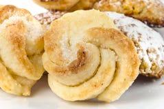 De levensmiddelen van de bakkerij die op een wit worden geplaatst Stock Foto