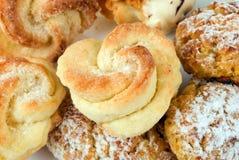 De levensmiddelen van de bakkerij die op een witte achtergrond worden geplaatst Stock Fotografie