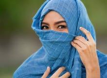 De levensstijl isoleerde portret van het jonge mooie en gelukkige Aziatische vrouw glimlachen behandeld door moslimhijab hoofdsja royalty-vrije stock foto's
