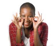 De levensstijl isoleerde portret van jonge aantrekkelijke en natuurlijke zwarte Afrikaanse Amerikaanse vrouw die gelukkig het vie stock afbeelding