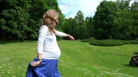 De levensstijl van de zwangerschapstijd in parkweide stock footage