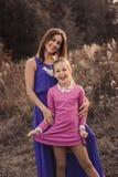 De levensstijlvangst van gelukkige moeder en preteen dochter die pret hebben openlucht Het houden van familie het besteden tijd s Royalty-vrije Stock Fotografie