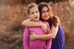 De levensstijlvangst van gelukkige moeder en preteen dochter die pret hebben openlucht Het houden van familie het besteden tijd s Royalty-vrije Stock Afbeeldingen