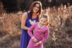 De levensstijlvangst van gelukkige moeder en preteen dochter die pret hebben openlucht Het houden van familie het besteden tijd s Stock Afbeelding