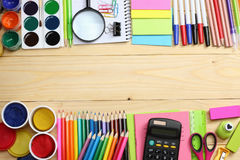 De levering van de school en van het bureau De vectorillustratie, eps10, bevat transparantie kleurpotloden, pen, pijnen, document royalty-vrije stock foto's