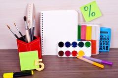 De levering van de schoolkunst op het bureau Stock Foto's