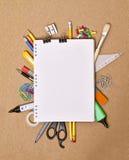 De levering van het notitieboekje en van het bureau stock afbeeldingen