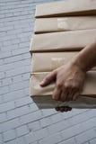 De levering van het pakket Stock Afbeeldingen