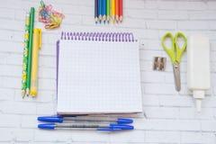 De levering van de school Kleurenpotloden, notaboek, blauwe pennen, sciccors, tellers, lijm, scherper, klemmen Stock Afbeeldingen