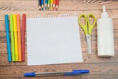 De levering van de school Kleurenpotloden, notaboek, blauwe pennen, sciccors, tellers, lijm, scherper, klemmen Stock Afbeelding