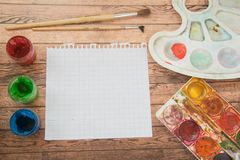 De levering van de school Kleurenpotloden, notaboek, blauwe pennen, sciccors, tellers, lijm, scherper, klemmen Royalty-vrije Stock Fotografie