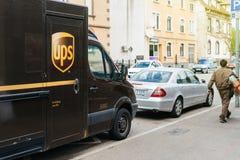 De leveringsbestelwagen van UPS United Parcel Service met arbeidersbestuurder Stock Afbeelding
