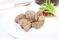 De leverstukken van het rundvlees met uien Stock Foto