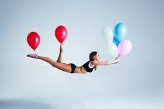 De levitatie van de vrouwenballon Stock Afbeeldingen