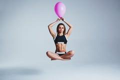 De levitatie van de vrouwenballon Stock Fotografie