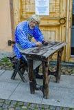 De Levsha-ledenpop door de ingang aan de tentoonstelling van 'Levsha van Siberië' Royalty-vrije Stock Foto's