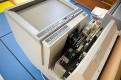 De lezer van de microfiche in een bibliotheek Royalty-vrije Stock Afbeeldingen