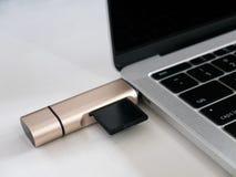 De Lezer van de het Geheugenkaart van USB type-C Attached aan USB-c Havenlaptop stock foto