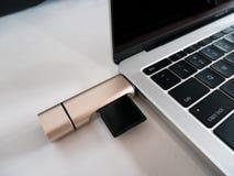 De Lezer van de het Geheugenkaart van USB type-C Attached aan Laptop stock afbeelding