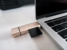 De Lezer van de het Geheugenkaart van USB type-C Attached aan Laptop USB-c stock afbeelding
