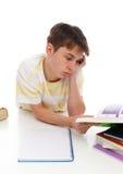 De lezing die van de jongen handboeken bestudeert stock afbeeldingen
